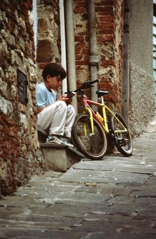 Cuba Boy w Bike n game_tif480